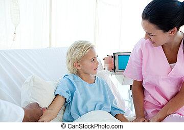 γιατρός , χορήγηση , εμβόλιο , να , ένα , μικρός , γυναίκα , ασθενής