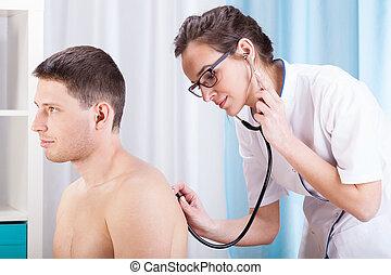 γιατρός , auscultating , ασθενής