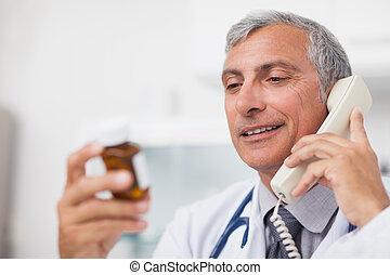 γιατρός , looking at , ένα , ναρκωτικό , μπουκάλι , χρόνος , επάγγελμα