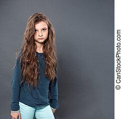 γκρί , κορίτσι , ατυχής , κόρη οφθαλμού , παιδί , αδειάζω , αντίγραφο , closeup , ατενίζω ανακριτού , στούντιο , σκεπτόμενος , φόντο , space.