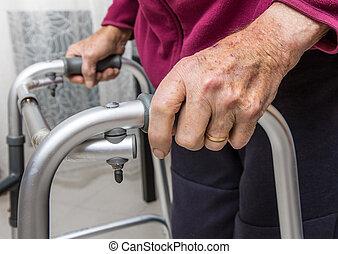 γκρο πλαν , ανάκτηση , αναπηρία , περίπατος , αποτελώ το πλαίσιο , σπίτι , ανώτερος ανήρ