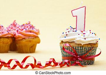 γκρο πλαν , cupcakes , αόρ. του shoot , φράουλα , ανώτατος , αριθμόs , έδεσα , αυτό , 1 , φόντο. , κόκκινο , αμαυρώ , κερί , cupcake , ταινία , βλέπω