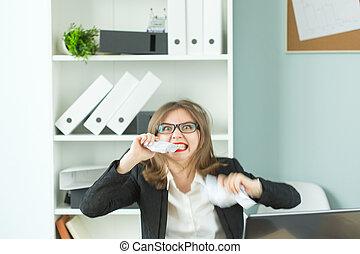γραφείο , γενική ιδέα , γραφείο , ένταση , εργάτης , άνθρωποι , - , δουλειά , χαρτί , λώτ , δόντια , γυναίκα , τραπέζι , κάθονται , σχίσιμο