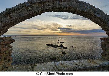 γριά , αποτελώ το πλαίσιο , θάλασσα , περίγραμμα , βράχος , καμάρα , ανατολή