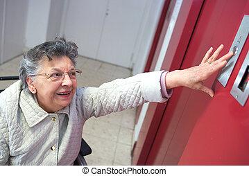 γριά , πάτωμα , κουμπί , ανελκυστήρας , αντίτυπο δίσκου , κυρία , πρώτα