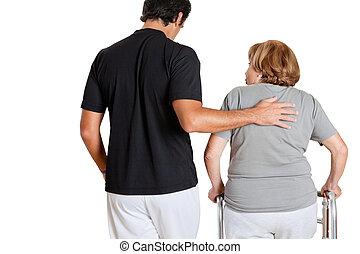 γυμναστής , βοηθώ , ανώτερος γυναίκα , με , αυτήν , πεζοπόρος