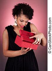 γυναίκα , άνοιγμα , νέος , αμερικανός , δώρο , αφρικανός