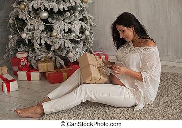 γυναίκα , έγκυος , κάθονται , δέντρο , παρόν έγγραφο , xριστούγεννα , ακάλυπτη θέση