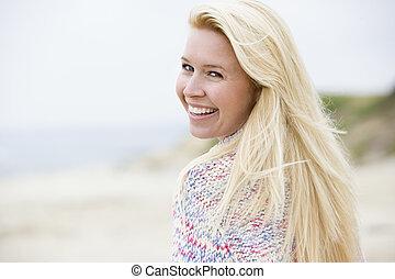 γυναίκα ακουμπώ , σε , παραλία , χαμογελαστά