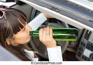 γυναίκα , αλκοόλ , οδήγηση , αυτοκίνητο , χρόνος , πόσιμο