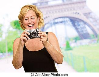 γυναίκα αμπάρι , ένα , φωτογραφηκή μηχανή
