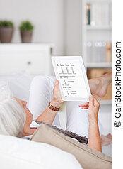 γυναίκα ανακουφίζω από δυσκοιλιότητα , αυτήν , tablet-pc, αρχαιότερος , διάβασμα