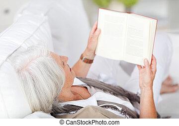 γυναίκα ανακουφίζω από δυσκοιλιότητα , χρόνος , βιβλίο , αρχαιότερος , διάβασμα