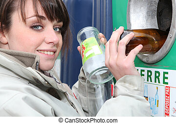 γυναίκα ανακυκλώνω , βάζω τζάμια δέμα