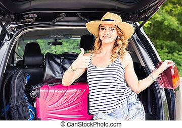 γυναίκα , αντίχειραs , κάθονται , σήμα , βαλίτσα , εκδήλωση , - , πάνω , ταξιδεύω , αφήνω , άδεια , κιβώτιο , έτοιμος , τουρισμός , αυτοκίνητο