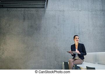 γυναίκα αρμοδιότητα , δισκίο , κάθονται , τοίχοs , ακολουθία. , νέος , εναντίον , μπετό , γραφείο