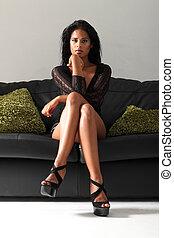 γυναίκα , αρτάνη καναπές , μαύρο , γέρνω , ελκυστικός προς το αντίθετον φύλον , μακροπόδαρος
