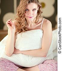 γυναίκα , αυτήν , κάθονται , bed., νέος , χρόνος , κράτημα , μαξιλάρι