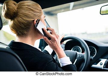γυναίκα , αυτήν , οδήγηση , άμαξα αυτοκίνητο τηλέφωνο , χρόνος , χρησιμοποιώνταs