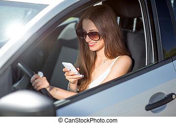 γυναίκα , αυτήν , οδήγηση , αυτοκίνητο , νέος , τηλέφωνο , χρόνος , χρησιμοποιώνταs , χαμογελαστά