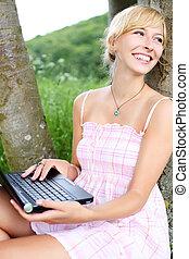 γυναίκα , αυτήν , φύση , laptop , ζωηρός , χρησιμοποιώνταs