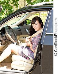 γυναίκα , αυτοκίνητο , νέος , βάζω καινούργιο καβάλο , μελαχροινή , ελκυστικός