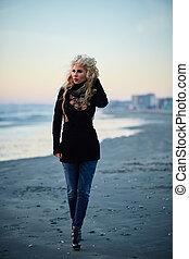 γυναίκα βαδίζω , στην παραλία