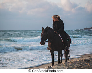 γυναίκα βαρύνω , επάνω , μαύρο άλογο , στη θάλασσα , παραλία