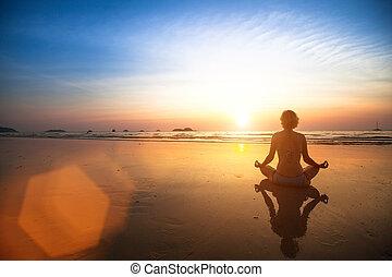 γυναίκα , γιόγκα , κάθονται , ακτή , θάλασσα , sunset.