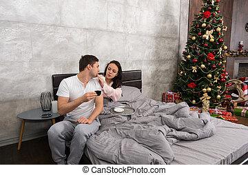 γυναίκα , δέντρο , κρεβάτι , κρεβατοκάμαρα , νέος , σύζυγοs , αυτοί , xριστούγεννα , πόσιμο , παρόν έγγραφο , καφέs , αυτήν , ανατροφή , χρόνος
