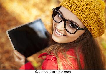 γυναίκα , δισκίο , νέος , ψηφιακός , χρησιμοποιώνταs , χαμογελαστά