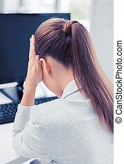 γυναίκα , ηλεκτρονικός υπολογιστής , δίνω έμφαση