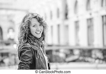 γυναίκα , μέσα , δημόσιος περίπατος , looking at κάμερα