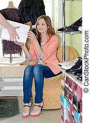 γυναίκα , μέσα , κατάστημα υποδημάτων