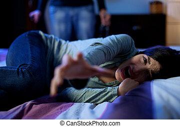 γυναίκα , μεθυσμένος , εκδιώκω με εκφοβισμό , για , νέος , σύζυγοs , σκούξιμο