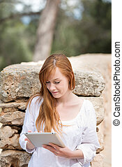 γυναίκα , με , ένα , tablet-pc, αναμμένος άρθρο αγρός