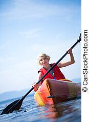 γυναίκα , με , ασφάλεια , γιλέκο , kayaking , μόνος , επάνω , ένα , ατάραχα , θάλασσα