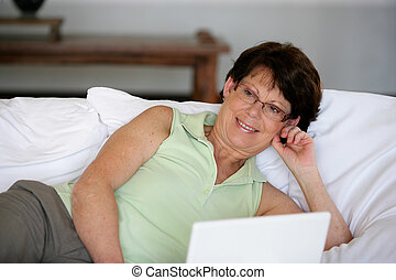 γυναίκα , με γραμμές αναμμένος κρεβάτι , με , laptop
