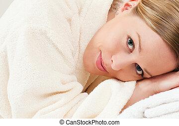 γυναίκα , με , μπάνιο ρόμπα , μέσα , ιαματική πηγή