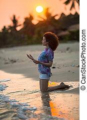 γυναίκα , νέος , τροπικός , καταπληκτικός , αγώνας , ανακάτεψα , κατά την διάρκεια , παραλία , γονυκλία , sunset.
