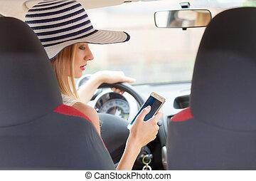 γυναίκα , οδήγηση , αυτήν , άμαξα αυτοκίνητο τηλέφωνο , χρόνος , χρησιμοποιώνταs