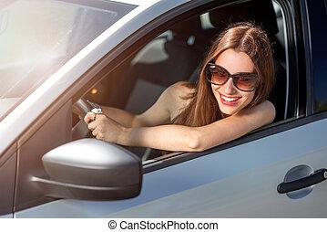 γυναίκα , οδήγηση , αυτήν , αυτοκίνητο , νέος , καινούργιος , χαμογελαστά
