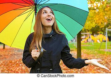 γυναίκα , ομπρέλα , γέλιο , rain., γραφικός , νέος , έλεγχος
