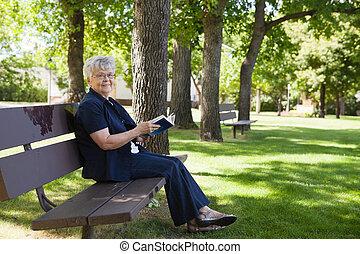 γυναίκα , πάρκο , βιβλίο , διάβασμα