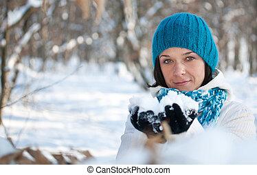 γυναίκα , παίξιμο , χιόνι