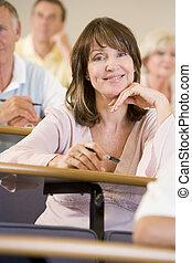 γυναίκα , πανεπιστήμιο , ακούω , ενήλικος μαθητής , διάλεξη