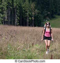 γυναίκα πεζοπορία , uphill), νέος , έξω , (going
