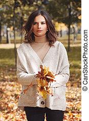 γυναίκα , ρίψη , φύλλα , έξω , πάρκο , νέος , φθινόπωρο , πέφτω