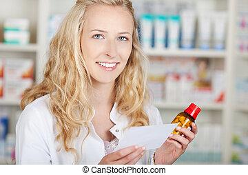 γυναίκα , φαρμακοποιός , κράτημα , συνταγή , χαρτί , και , μπουκάλι
