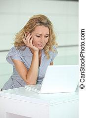 γυναίκα , χρησιμοποιώνταs , ένα , ηλεκτρονικός υπολογιστής